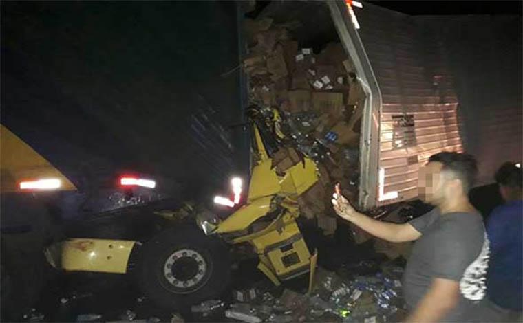 Acidente entre veículos de carga deixa um morto e fecha pista da BR 040