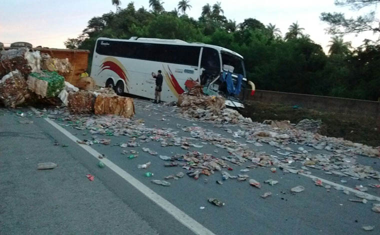 Acidente entre ônibus e carreta deixa 11 feridos na BR 040, em Sete Lagoas