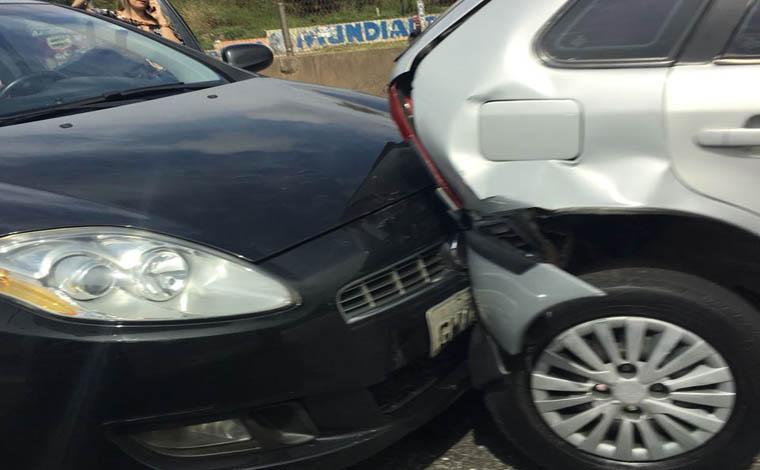 Engavetamento deixa uma pessoa levemente ferida na BR-040 em Ribeirão das Neves