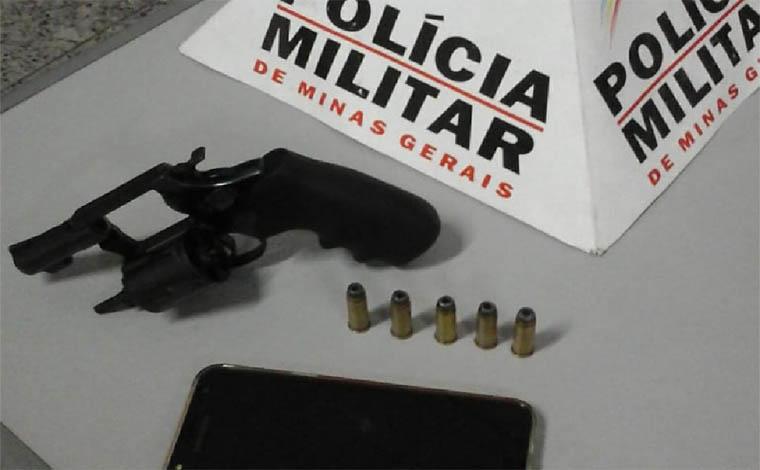 Foto: PMMG - Verificando denúncia, Polícia Militar realizou dirigência na casa do autor e encontrou munições  e um celular que havia sido trocado por drogas, além do revólver calibre. 38