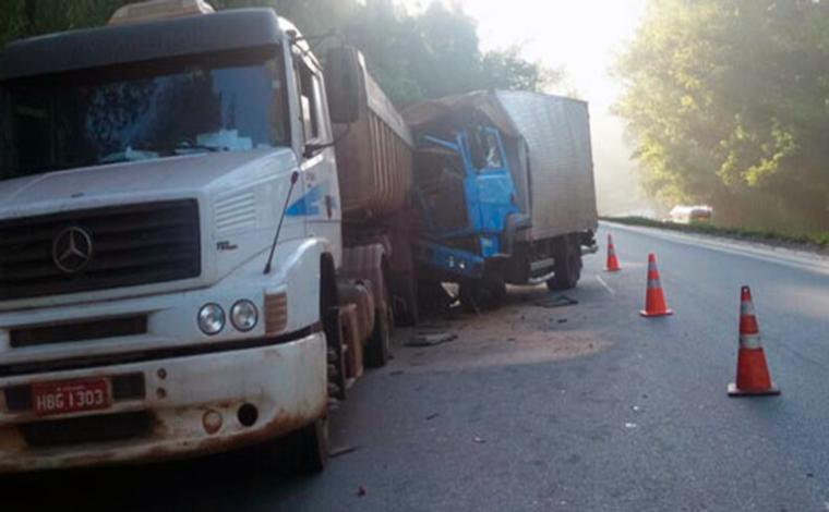 Acidente entre veículos de carga deixa um morto e um ferido na MG 424