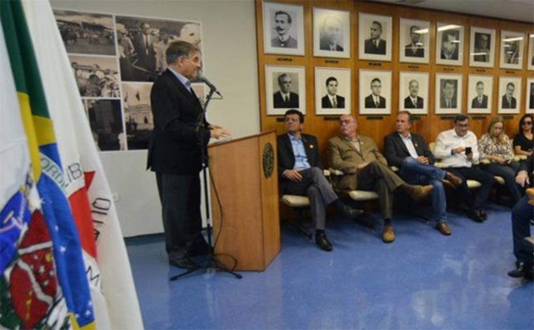 Após pedido de impeachment, Pimentel evita a imprensa em evento em Uberaba