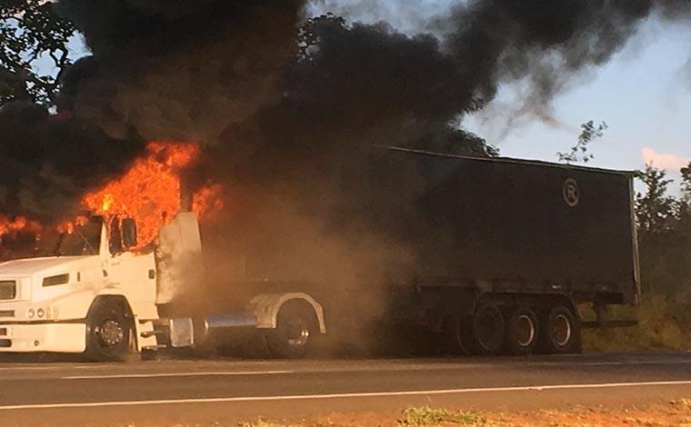 Carreta pega fogo e causa congestionamento na BR 040