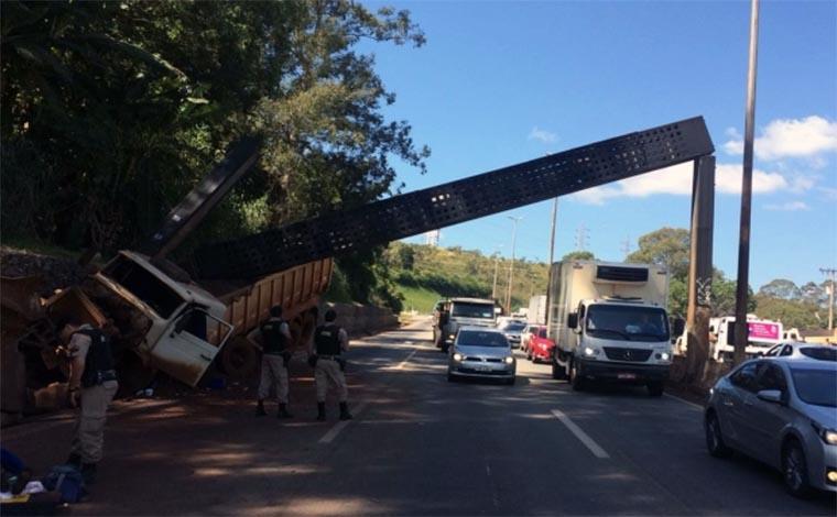 Carreta carregada com minério atinge radar no Anel Rodoviário e fecha pista