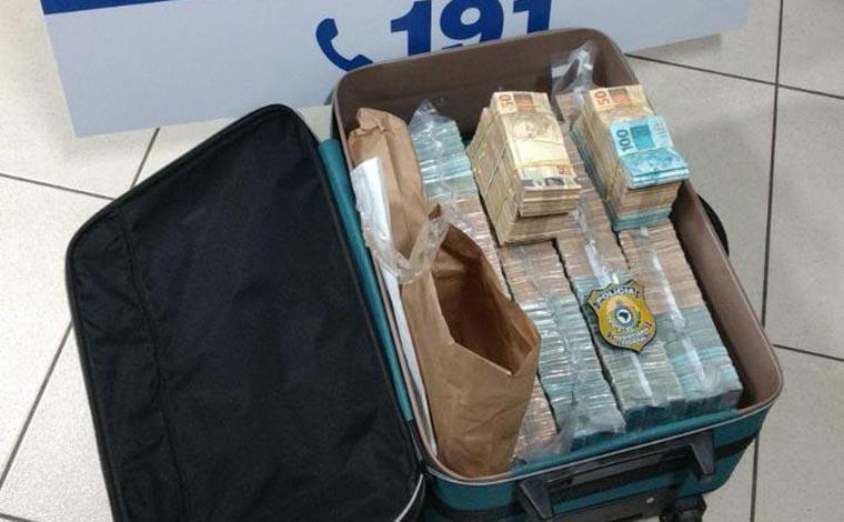 Dupla é presa pela PRF com mais de R$ 1 milhão em dinheiro dentro de mala