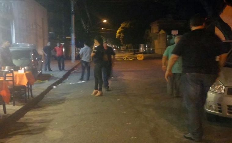 Carro sobe na calçada, atinge bar e deixa dois feridos no Centro de Sete Lagoas