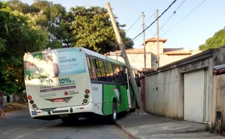 Ônibus desgovernado derruba muro de casa no Bairro Orozimbo Macedo