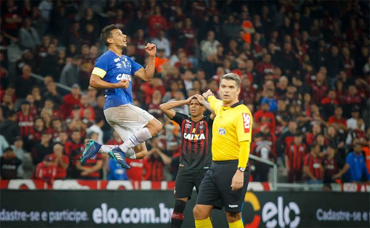 Cruzeiro vira para cima do Furacão e volta de Curitiba com vantagem