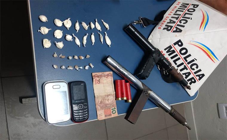Foto:PMMG - Dupla usava um imóvel da Avenida Irmã Flávia para vender drogas e foi pega em flagrante pela Polícia Militar