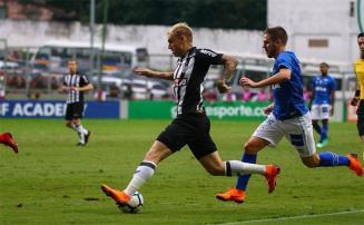 Galo vence time reserva da Raposa e passa à liderança do Brasileirão