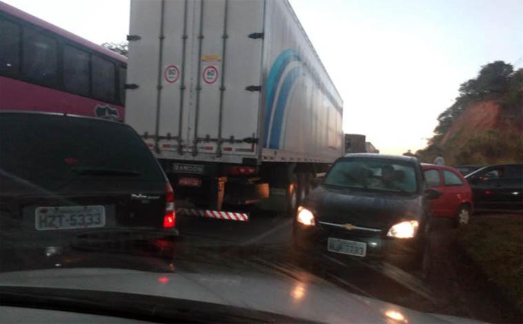 Protesto de caminhoneiros contra preço dos combustíveis fecha rodovias