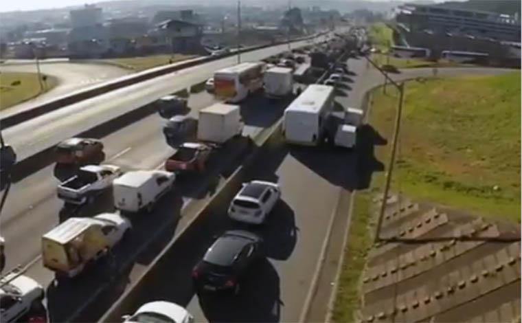 Caminhoneiros fecham acesso à Regap e pode faltar combustível em Minas