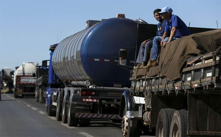 BR 040 é interditada por protesto de caminhoneiros em Ribeirão das Neves