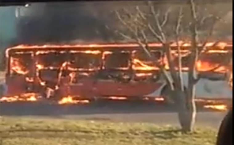 Coletivo é incendiado no Trevo de Ribeirão das Neves, na BR 040