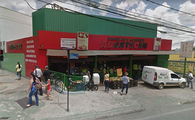 Foto: Street View - De posse de uma pistola bereta, assaltante invadiu estabelecimento localizado na Rua Senhor dos Passos e levou o dinheiro do caixa