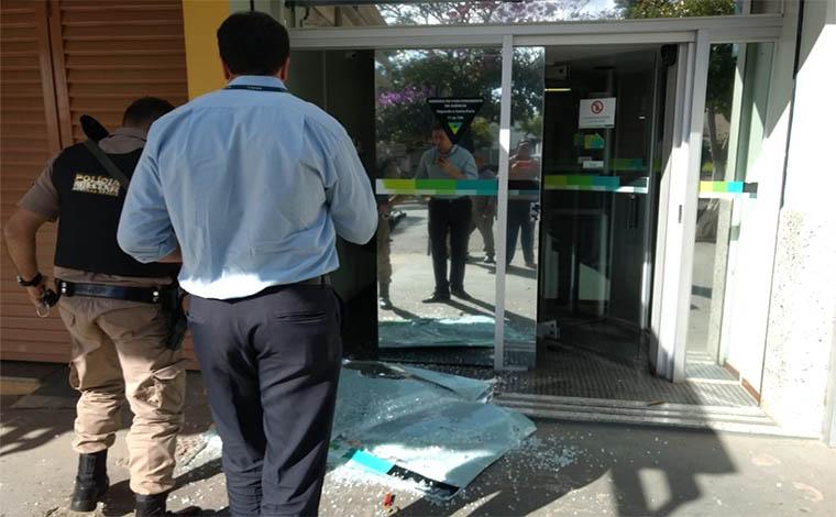 ... Fotos  Via WhatsApp - Bandidos armados invadiram uma agência do  Sicoob 4e23dfda8ce9f