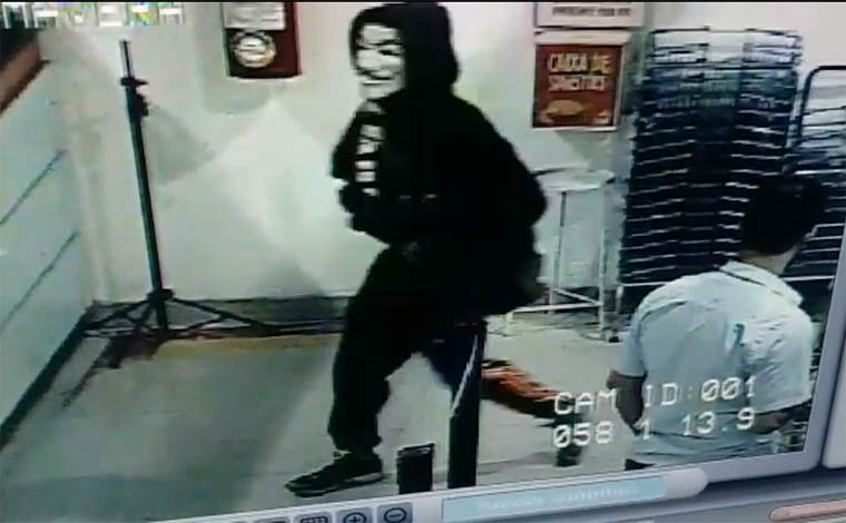 Foto: Circuito Interno - Imagens do crime foram divulgadas em redes sociais e mostram a ação dos criminosos; Assaltantes levaram pertences de clientes e mercadorias da loja