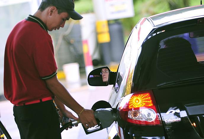Mesmo com protestos, Governo autoriza aumento de 2,25% no valor da gasolina