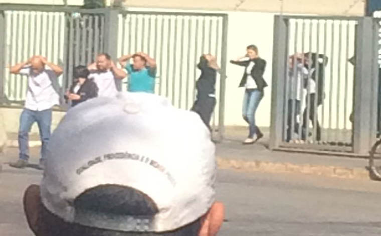 Foto: Via WhatsApp - Esquadrão antibombas e equipes táticas da Polícia Militar foram deslocados para a cidade; Oito reféns já foram libertados, mas negociações continuam