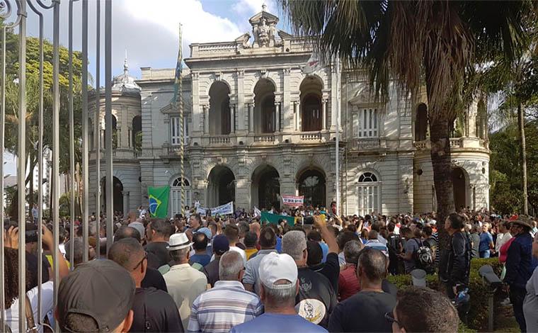 Servidores da Segurança invadem Palácio da Liberdade em protesto