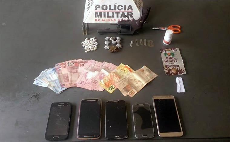 PM apreende drogas escondidas em caixa de esgoto em Caetanópolis
