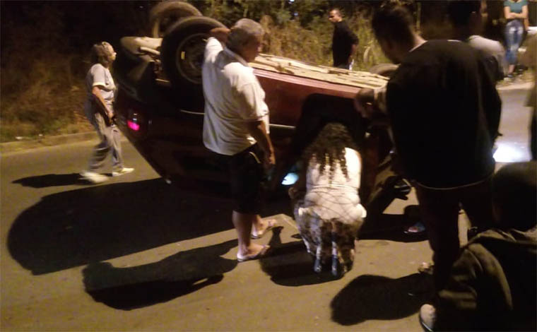 Carro capota e motorista sai ileso em acidente no Bairro das Indústrias