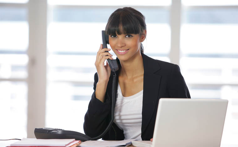 Empresa contrata auxiliar administrativo portadora de necessidades especiais