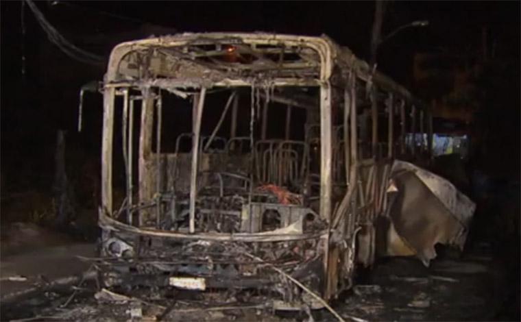 Foto: Reprodução/ TV Globo - Desta vez, adolescentes renderam motorista e passageiros do Move no Bairro Novo Horizonte e atearam fogo; PM contabiliza 77 ataques a ônibus no estado