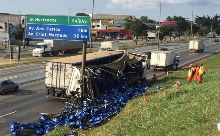 Foto: Fred Magno/ O Tempo - Cerca de 200 caixas de cerveja ficaram espalhadas pela pista no sentido Vitória, causando uma grande retenção na rodovia