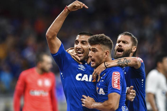 Cruzeiro despacha Corinthians em partida eletrizante
