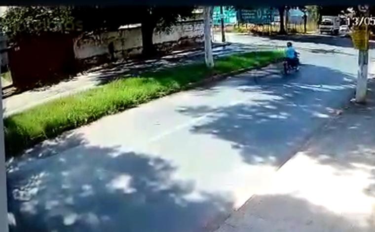 Motociclista morre em grave acidente após colidir com caminhão na Vila Lobos com Prof. Abeylard