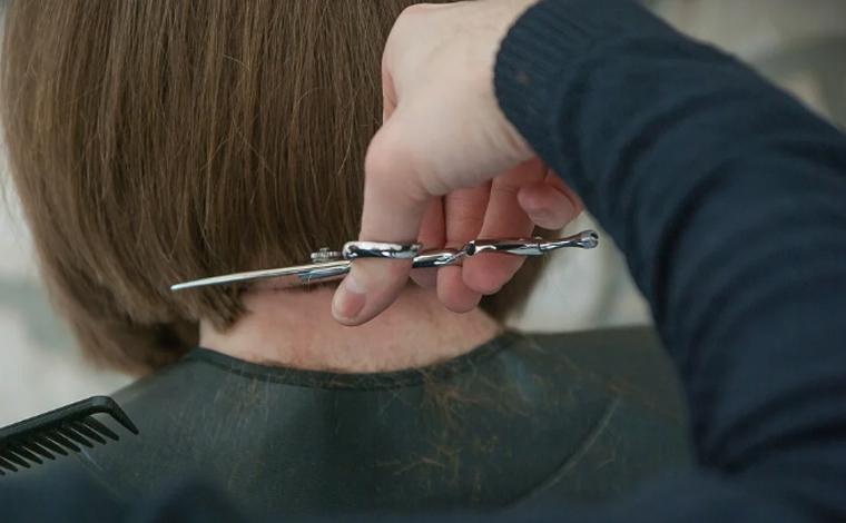 Rede de cosméticos é condenada por obrigar consultora a cortar o cabelo para retirar química