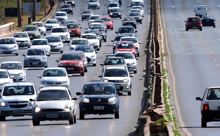 Por decisão do TRF, farol aceso em rodovias volta a valer em todo o país