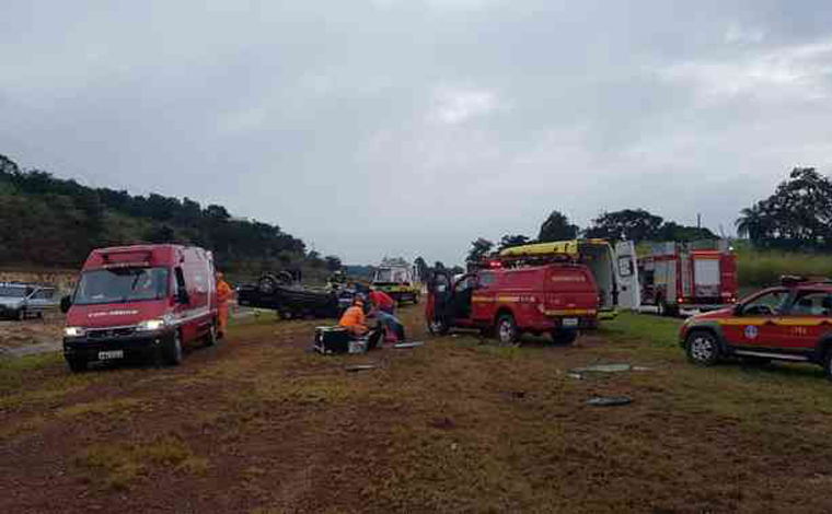 Caminhonete capota e deixa três pessoas feridas na BR-040