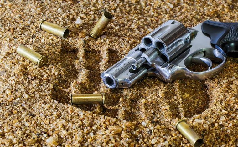 Homem é encontrado morto em beira de estrada com perfurações de disparo de arma de fogo