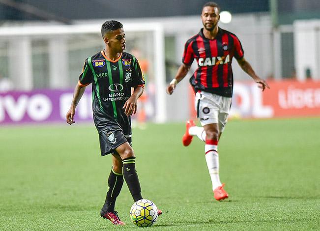 Coelho vence Furacão e deixa a lanterna do Brasileirão