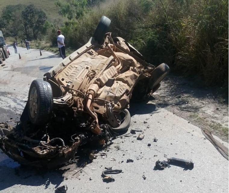 Colisão frontal entre carro e carreta deixa vítima fatal na rodovia MG-424