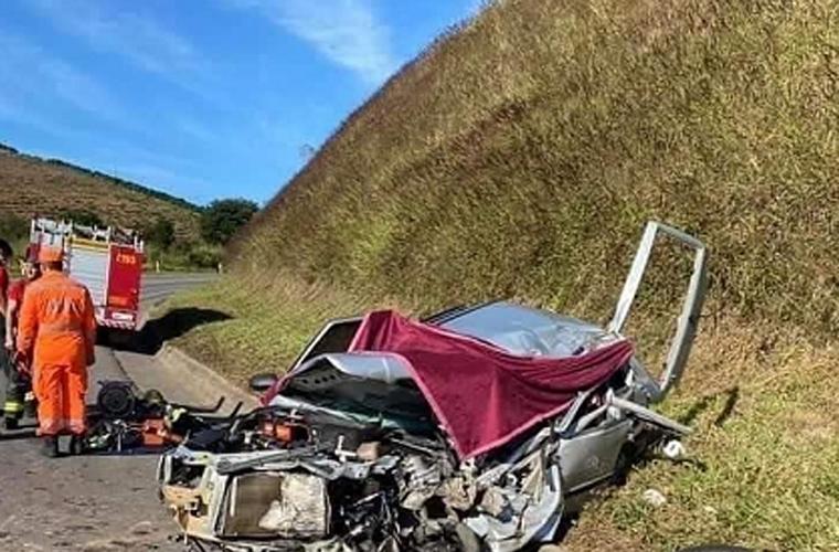 Três pessoas morrem em um grave acidente entre um carro e um ônibus na BR-116