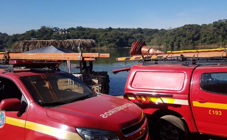 Bombeiros procuram jovem que desapareceu após lancha afundar na lagoa Várzea das Flores