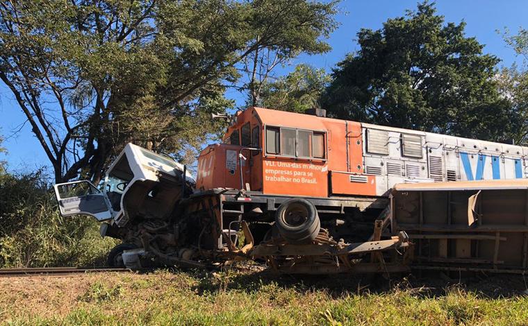 Trem colide com caminhão de carga e parte veículo ao meio em Sete Lagoas