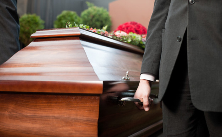 Familiares de vítima de Covid-19 testam positivo para doença após abrirem caixão durante velório