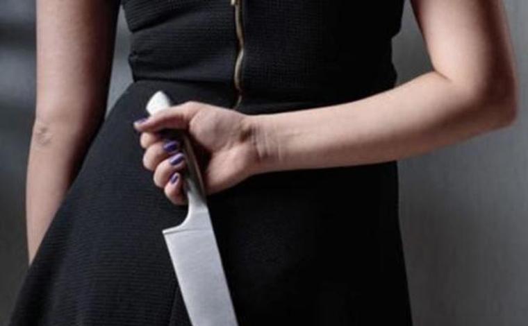Mulher esfaqueia marido após ser agredida durante discussão e quase apanha de familiares e vizinhos