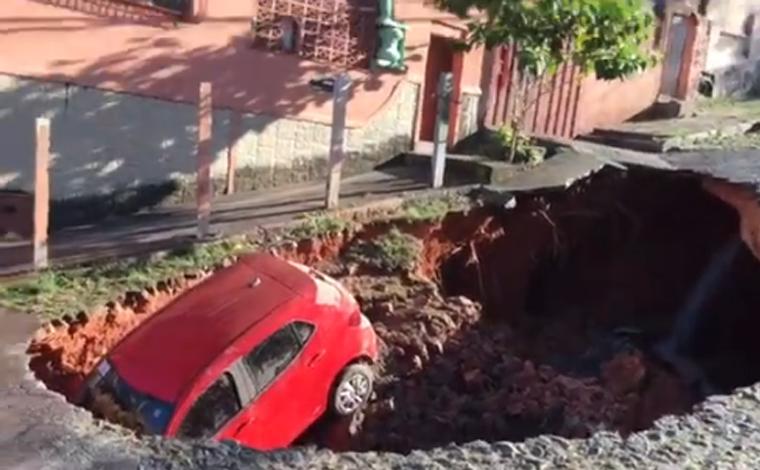 Carro é engolido por cratera de 20 metros após rompimento de adutora