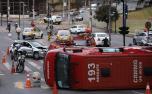 Ambulância do Corpo de Bombeiros capota e deixa três bombeiros feridos