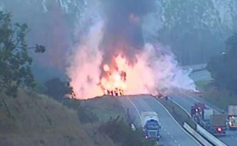Mulher morre após caminhão carregado com desodorante tombar e explodir na BR-381