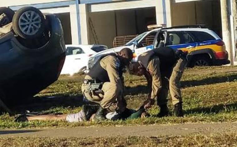 Carro capota durante perseguição policial e suspeitos são presos em Sete Lagoas
