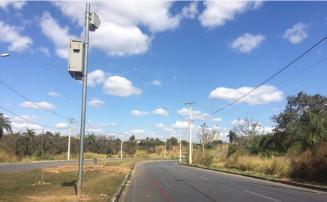 Radar de velocidade é instalado na Av. Perimetral próximo à mata da Chácara em Sete Lagoas