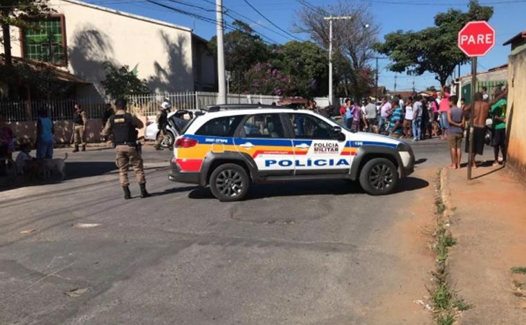 Adolescente bate carro em poste durante perseguição policial no bairro Santa Luzia em Sete Lagoas