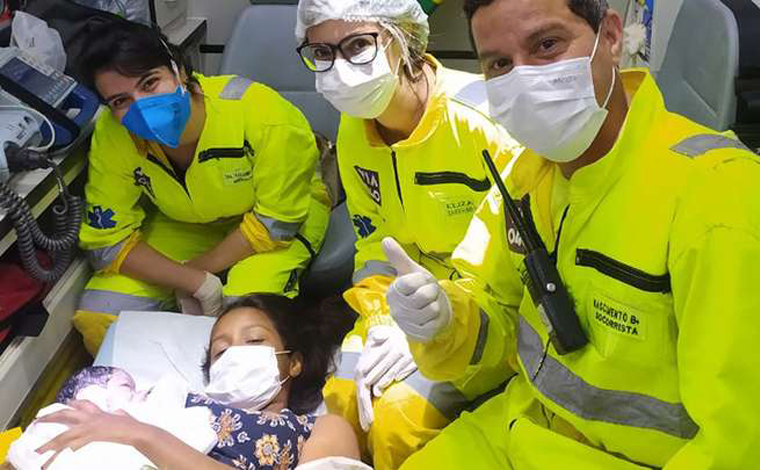 Mulher entra em trabalho de parto na BR-040 e dá a luz dentro de ambulância