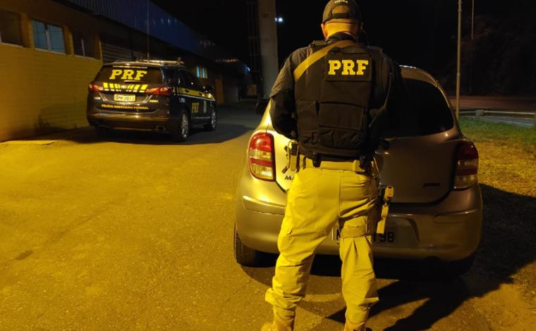 PRF prende autores por porte ilegal de arma de fogo e mandados de prisão em aberto na BR-040